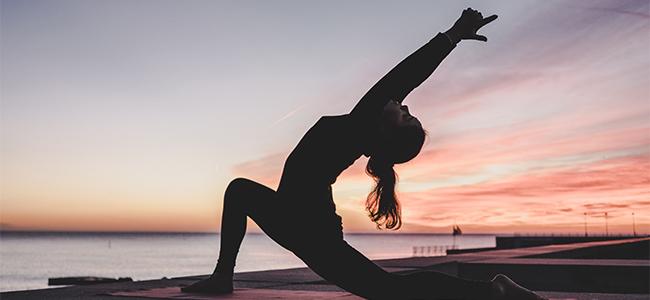 Yoga im Freien Frau Dämmerung Silhouette Asana