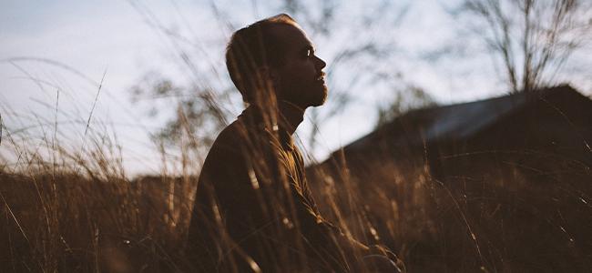 Meditation unterwegs Natur Mann sonnenuntergang Meditieren Wiese